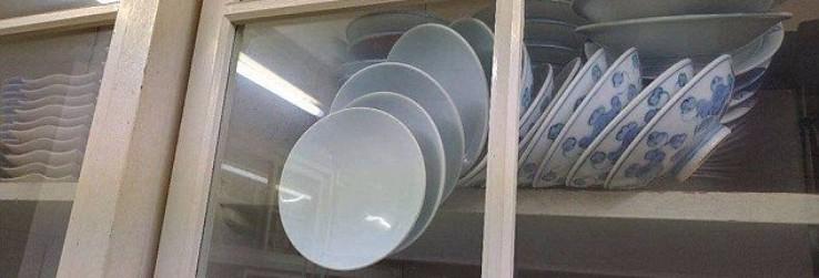 """""""Làm sao để mở tủ kính này mà không làm vỡ bất kỳ chén đĩa nào?"""""""
