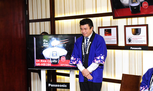 Dai-dien-nhan-hang-Panasonic-phat-bieu-trong-buoi-ra-mat-san-pham-noi-com-dien-tu-moi